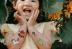 menina com várias tatuagens temporárias infantis